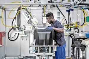 Leichtbauteile aus Kunststoff, die Metall ersetzen, kommen bei Elringklinger auch im Nutzfahrzeugbereich immer mehr zum Einsatz und helfen Gewicht und Kohlendioxidemissionen einzusparen. (Bildquelle: ElringKlinger)