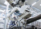 Bei Kunststoff-Bauteilen, die im Spritzguss gefertigt werden, kann der Kristallisationsprozess eine entscheiden eine entscheidende Rolle für die spätere Performance spielen. Im Bild: Spritzgieß-Fertigung eines PKW-Frontendträgers (Bildquelle:F raunhofer-IMWS/Sven Döring