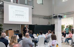 In seinem Gastvortrag sprach Torsten Ratzmann, Hochschulabsolvent und Geschäftsführer der Firma Pöppelmann aus Lohne, über Zukunftstrends in der Kunststofftechnik. (Foto: Angela von Brill)