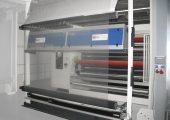 Folieninspektionssystem in einer Blasfolienanlage. Die Bildverarbeitungssysteme detektieren Oberflächenfehler wie Stippen/Gele, Anbrenner/Black Specs, Fischaugen, Beschichtungsaufrisse, Schlieren, Fließlinien oder Insekten. (Bildquelle: OCS)