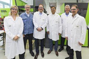 Anup Kothari, Leiter Performance Chemicals (4. von links), und Alberto Giovanzana, Leiter Plastic Additives EMEA (3. von links) bei BASF, mit den technischen Experten am neuen Standort. (Bildquelle: BASF)