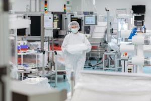 Bei Röchling Medical werden unter anderem Kunststoff-Produkte wie Primärverpackungen für pharmazeutische Produkte unter Reinraumbedingungen in den Klassen C+D/ISO 7+8 hergestellt, montiert und verpackt. (Bildquelle: Röchling)