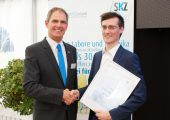 Der SKZ-Institutsdirektor Prof. Dr.-Ing. Martin Bastian (l.) gratulierte Marc Eckes zu seiner herausragenden Masterarbeit über die Verfahrensoptimierung geschlossenzelliger Schaumstrukturen im Arburg-Freeformer. (Bildquelle: SKZ)