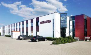 Wittmann Robot Systeme hat den Verwaltungstrakt der Niederlassung in Nürnberg (links im Bild) um 17 m verlängert und dadurch die Bürofläche um 418 Quadratmeter vergrößert. (Bildquelle: Wittmann)