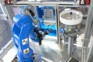 Der Roboter legt während des Montageprozesses Kleinteile in das Ventil ein. Später überführt er zudem das fertige Ventil in die Prüfvorrichtung. (Bildquelle: alle Weiss)