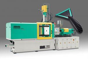 Eine hydraulische Zwei-Komponenten-Spritzgussmaschine fertigt Eiskratzer aus ABS und TPE. (Bildquelle: Arburg)