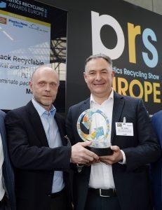 Uwe Obermann, Director R&D and Innovation Consumer Goods Packaging, und Carl Stonley, Technical Account Manager bei Mondi, beim Empfang des Preises für die Best Technology Innovation in Plastics Recycling auf der Plastics Recycling Show Europe (Bildquelle: Mondi)