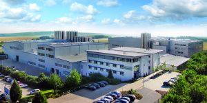 Blick auf die 2002 neu gebaute Produktionsstätte von Akro-Plastic im Industriegebiet Brohltal Ost in Niederzissen. Niederzissen liegt im Kreis Ahrweiler im Norden von Rheinland-Pfalz. (Bildquelle: Feddersen Holding)