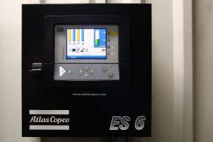 Das Energiesparsystem ES 6 von Atlas Copco regelt das Zusammenspiel der vier Kompressoren in der kleineren Station von Schlaadt und macht die Drucklufterzeugung noch etwas effizienter.  (Bildquelle: Atlas Copco)
