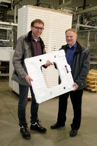 Thomas Schmitt (links) und der Druckluft-Experte Stefan Fischer mit einem Verpackungspolster für ein Haushaltsgerät. Mit diesen leichten Formteilen aus expandiertem Polystyrol (EPS oder Styropor) werden zum Beispiel Spül- oder Waschmaschinen verpackt.  (Bildquelle: Atlas Copco)