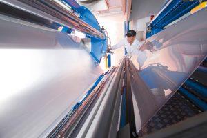 Covestro steigert seine Produktionskapazitäten in Wachstumsbereichen, wie etwa mehrschichtigen Flachfolien. (Bildquelle: Covestro)