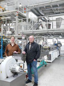 Die beiden Geschäftsführer des Biokunststoffherstellers Tecnaro Helmut Nägele (l.) und Jürgen Pfitzer (r.) verdoppeln die Compoundierkapzitäten des Unternehmens mit dem neuen Zweischneckenextruder ZE Basic von Krauss Maffei Berstorff. (Bildquelle: Krauss Maffei)