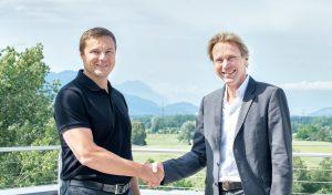Guntram Meusburger (l.), Chef der Meusburger-Gruppe, und Roland Schmid (r.), Geschäftsführer von Segoni, freuen sich auf die künftige Zusammenarbeit. (Bildquelle: Meusburger)