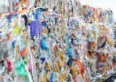 Durch ein chemisches Recycling soll aus Kunststoffabfällen ein flüssiger Rohstoff für Erdöl-Raffinerien entstehen. Bis 2019 soll dieses Entwicklungsprojekt von Neste in einen großtechnischen Versuch münden. (Bildquelle: Neste)