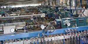 Anlagen zur Profilextrusion in der Werkshalle des Kunststoff-Extrudierers, der die stark wärmedämmenden Fensterprofile herstellt. (Bildquelle: SLS Kunststoffverarbeitungs GmbH)