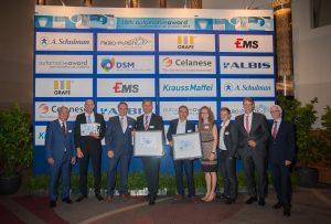 Die drei Gewinner in der Kategorie Power Train (Antrieb) bei den 18. Automotive Awards der SPE Central Europe. Platz 1 ging an Steffen Tetzlaff (zweiter v.l.), Geschäftsführer des Kunststoffverarbeiters Ros (Bildquelle: Ros)