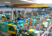 Blick in die Produktion von Weiss Kunststofftechnik in Illertissen. Mit dem Neubau einer Versandhalle schafft das Familienunternehmen den dringend benötigten Platz für die Erweiterung der Spritzguss-und Montage-Kapazitäten. (Bildquelle: Weiss Kunststofftechnik)