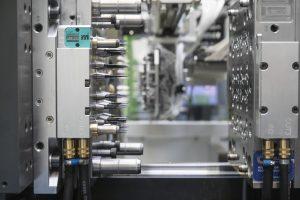 Der freie Zugang zum Werkzeugraum der Spritzgießmaschine ermöglicht es bei der Herstellung von Pipettenspitzen, die Automatisierung besonders nah an die Schließeinheit heranzurücken. (Bildquelle: Engel)