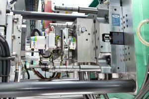 Hier werden SKET-Joghurtbecher mit Wandstärken von weniger als 0,2 Millimetern und ablösbaren Peel-off-Etiketten aus Karton gefertigt.