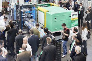 In einer Zykluszeit von rund 1,9 Sekunden produziert eine Fertigungszelle mit einer hybriden Spritzgießmaschine in Packaging-Ausführung je vier IML-Becher.