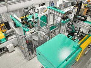 Mit einer Turnkey-Anlage, bei der zwei hybride Spritzgießmaschinen über zwei Multilift Robot-Systeme verkettet sind, fertigt ein Kunststoffverarbeiter Disktop-Verschlüsse für die Kosmetik-Industrie.