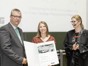 Agnes Bußmann (m.) nahm den Arburg-Preis für die beste Masterarbeit 2018 von der Preiskoordinatorin Prof. Birgit Vogel-Heuser und Arburg-Ausbildungsleiter Michael Vieth entgegen. (Bildquelle: Arburg / Andreas Zitt)