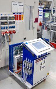Wittmann Battenfeld Airmold-Steuereinheit mit der bis zu acht Druckregel-Module angesteuert werden können. Mit der Maschine kommuniziert die Steuerung über die Euromap 62-Schnittstelle.