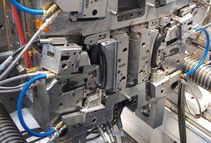 Detailansicht eines 4-fach-Spritzgießwerkzeugs zur Herstellung von Türgriffen mit der Gasinjektionstechnik.