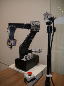 Die am Roboterarm oder Greifer befestigte Kamera und die in der Steuerung integrierte Sensorsoftware ersetzen Sensoren und sparen Investitionskosten.