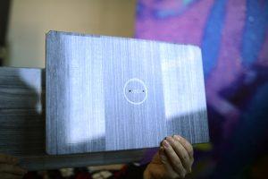 Eine mögliche Anwendung für CFRTPs sind leichtgewichtige und sehr dünne Laptop-Deckel mit neuartigen optischen Oberflächen-Effekten. (Bildquelle: Covestro)