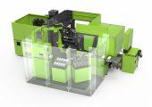 Für die vollautomatisierte Variantenfertigung integriert die Systemlösung auf sehr kompakter Fläche die Spritzgießmaschine mit Knickarmroboter, einen Bahnhof für die Greifer und Werkzeugeinsätze, einen Laserprinter, eine Montagevorrichtung und eine Fördereinheit zum Ausschleusen der einsatzbereit montierten Messschieber. Bildquelle: Engel