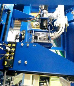 Bild 1: Der Schraubautomat zum maschinellen Verschließen von Kanistern mit Schraubkappen punktet mit hoher Prozesssicherheit und hoher Flexibilität. Das Bild zeigt das letzte Stück der Kappenzuführung und den von oben angestellten Schraubkopf mit Kappengreifer (Bildquelle: Stöcker).