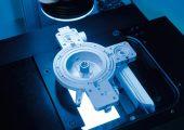 Um die Qualität nachhaltig zu sichern, setzt Bürkert seit Jahrzehnten auf professionelle Messtechnik – im Bild ein Ventil, positioniert auf einem  Prüfsystem. (Bildquelle: alle Zeiss)