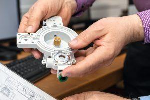 Bei Bürkert geht es darum, bereits Qualität zu produzieren und sie nicht nur zu kontrollieren. Voraussetzung ist, dass Maße, die bei der Entwicklung der Produkte festgelegt wurden, eingehalten und schon frühzeitig Daten und Informationen erfasst werden.