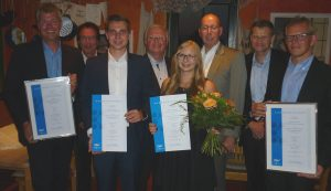 vlnr.: Michael von Hertell (REHAU AG + Co), Klaus-Uwe Reiß (Vorsitzender pro-K), Benedikt Hiller (REHAU AG + Co), Dirk Westerheide (Past-Präsident GKV), Jessica Pemp (REHAU AG + Co), Ralf Olsen (Hauptgeschäftsführer pro-K), Dr. Thorsten Schlüter (REHAU AG + Co), Cristian Beer (REHAU AG + Co). (Bildquelle: GKV)
