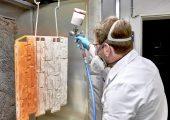 Die Grönoplast-Einschichtlacke ermöglichen wetterbeständige Beschichtungen mit langer Dauerbeständigkeit bei UV-Einstrahlung. Hier bei einem Fassaden-Mauerteil aus PP. (Bildquelle: Grönenbacher Lackfabrik)