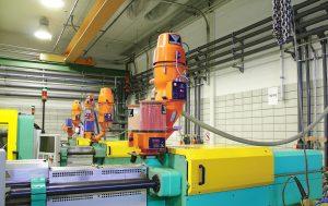 Mit Kompaktfördergeräten und dem 2-Komponenten-Förderer werden die Spritzgießmaschinen vollautomatisch mit Material versorgt. Zur Einfärbung des Materials sind Direktdosierstationen installiert. (Bildquelle: Werner Koch)