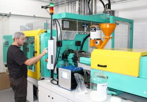 """HP Böhm bietet seinen Kunden bei Verschlüssen und Kappen """"alles aus einer Hand"""". Für Anmusterungen und Versuchsläufe steht eine Spritzgießmaschine mit einem Direktdosiergerät zur Verfügung. (Bildquelle: Werner Koch)"""