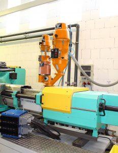 Automatische Materialversorgung: Ein Kompaktfördergerät 612D fördert das Hauptmaterial zur Verarbeitung auf die Spritzgießmaschine, wo es über eine KEM-Dosierstation mit Masterbatch eingefärbt wird. Die Dosierstation selbst, wird bei Bedarf, automatisch über ein Kleinstfördergerät MIKO mit Farb-Masterbatch befüllt. (Bildquelle: Werner Koch)