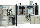 Dass komplexe Anwendungen mit nachgeordneten Bearbei-tungsschritten trotzdem kompakt bleiben können, zeigt die Paketlösung einer Fertigungszelle rund um einen Pressautomaten. (Bildquelle: Lauffer)