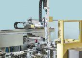 Seitlich an einer Basismaschine angebautes  Zusatz-Spritzaggregat.  Auf der feststehenden Seite der Schließeinheit  ist das Entnahmehandling montiert. (Bildquelle: Dr. Boy)