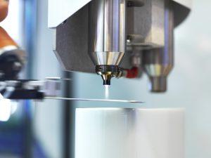 Die Plasma-Versiegelung des Metalleinlegers vor dem Spritzgießen sichert die langzeitstabile und mediendichte Haftung von Kunststoff-Metall-Verbunden. (Bildquelle: Plasmatreat)