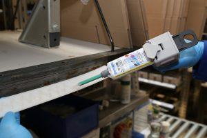 Der Klebstoff ermöglicht eine maximale Spaltüberbrückung von einem Millimeter. (Bildquelle: Weicon)