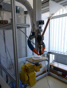 Labor-Versuchsaufbau für die granulatbasierte Extrusion − mit Granulateinzug, Extruder, Absaugeinrichtung und roboterbewegter Bauplattform