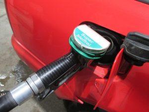Für den Autofahrer ist von dem komplexen Benzintank lediglich beim Tankvorgang die Einfüllöffnung zu sehen. (Bildquelle: Bettina F., pixelio.de)