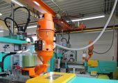 Kompaktfördergeräte im Einsatz: Mit den Typen 612D und dem 2-Komponenten-Förderer TM6D werden die Spritzgießmaschinen vollautomatisch mit Material versorgt. (Bildquelle: Werner Koch)