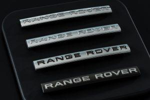 Metallisierte Embleme auf Lenkrädern stellten lange Zeit ein Sicherheitsrisiko dar. Um der Splittergefahr zu entgehen, werden diese nun mit einer hauchdünnen Metallschicht versehen. Die PVD-Technologie ermöglicht zusätzlich neue Designs, wie beispielsweise Multi Color oder Glanz-Matt-Effekte.