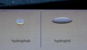 Edelstahloberfläche mit Plasmaprimer versehen. Zunächst hydrophobe Einstellung der gesamten Fläche, anschließend Maskierung und hydrophilieren der rechten Seite. (Bildquelle: plasma technology)