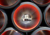 Für Pipeline-Rohre kann die äußerst verschleißfeste Polyurethanbeschichtung ebenso eingesetzt werden wie für Stanzmatten und –schablonen, sowie Buchsen in Drehgestängen von Lkw, Bussen und Anhängern. (Bildquelle: Lanxess)