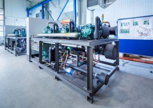 Im Sinne der Phase down der F-Gas-Verordnung für den Betrieb mit alternativen HFO-Kältemitteln wie R1234yf, R1234ze und R513 A wurden die Flüssigkeits-Kühlsätze und -Wärmepumpen entwickelt. (Bildquelle: L&R Kältetechnik)